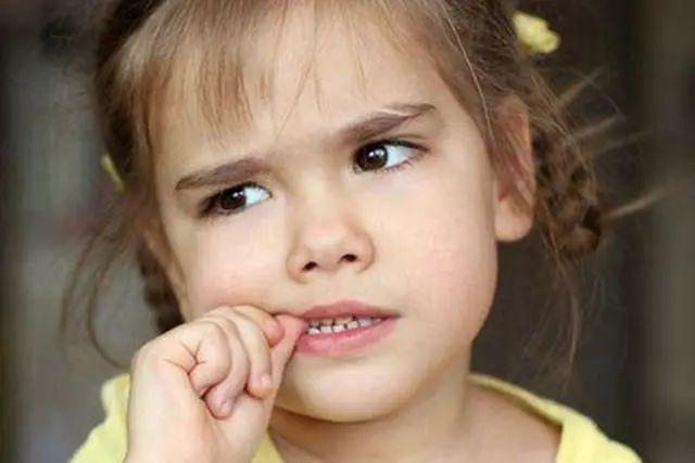 """孩子咬指甲、眨眼睛,父母也别当是小事,背后""""隐藏""""着负面影响"""