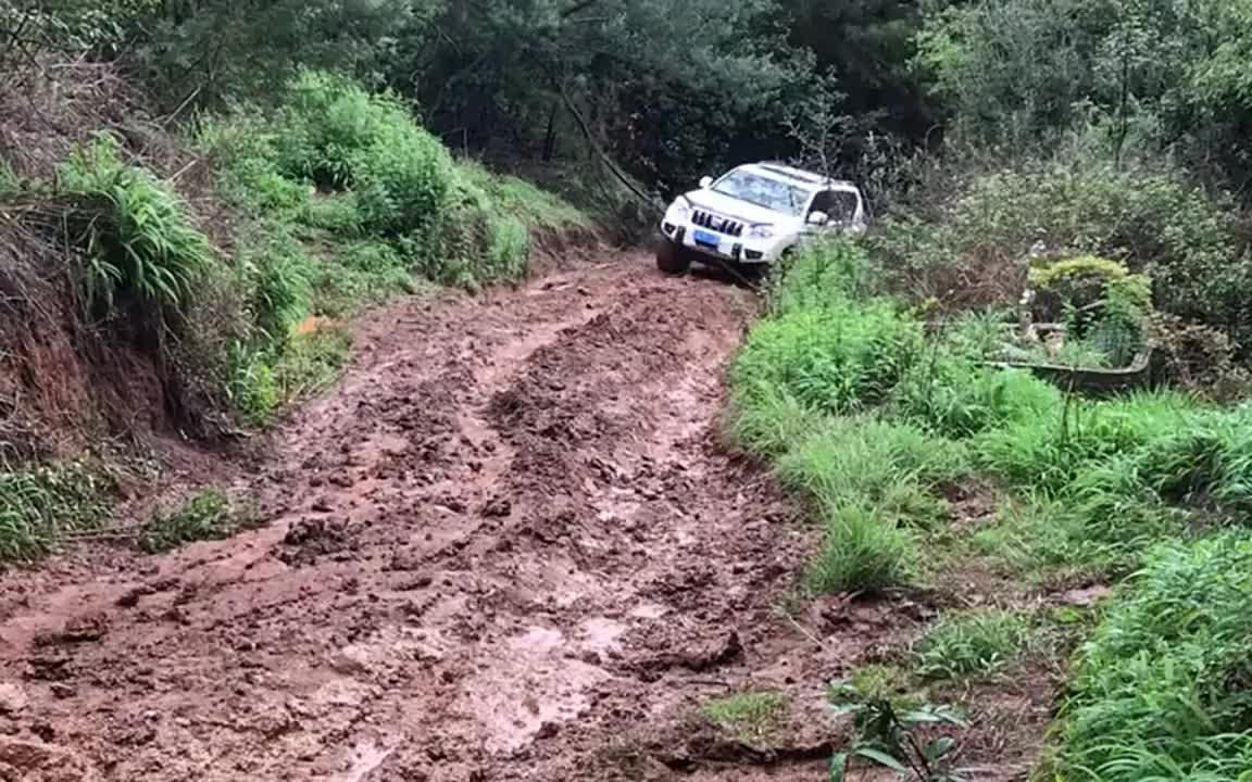 视频:实拍:越野车我只服丰田霸道,这种烂泥路也能开上来,厉害
