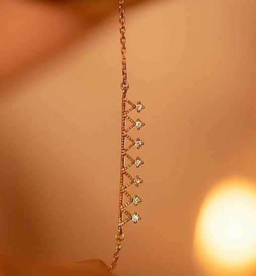 星光点点的钻石手链,用了独特的链条交错设计,犹如优美的琴弦