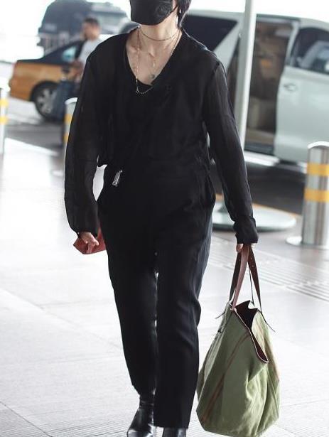 周笔畅时尚穿搭,一身黑色造型个性十足,脖子上的项链很有特点
