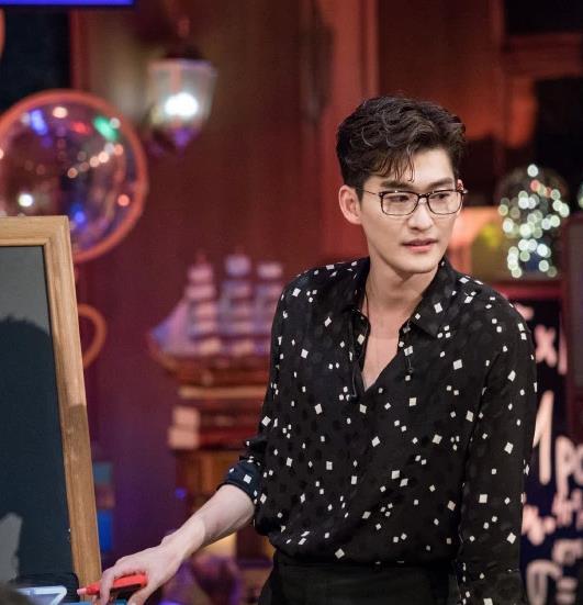 张翰戴眼镜变恋爱专家,节目分享以往经验,网友:难怪会分手
