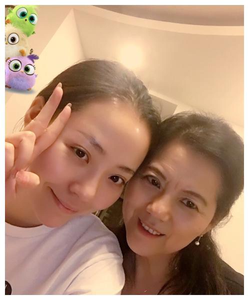 张靓颖妈妈:手撕冯轲不参加女儿婚礼,靠女儿身家过亿满意陈秋莳