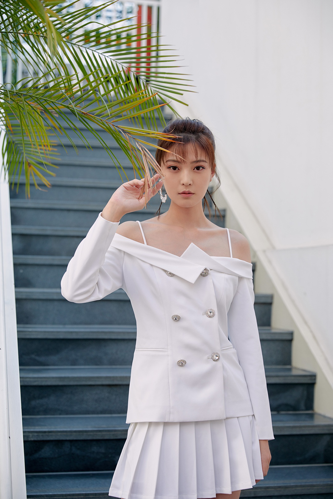 王妍之最新时尚写真曝光 秋日午后尽享自在时光