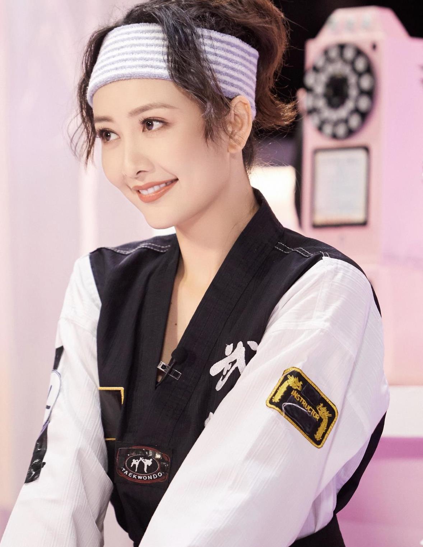 王鸥很有女神范,身一套跆拳道服出席活动,整个人看上去非常帅气