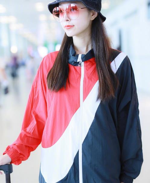 """宋轶罕见现身机场,看到墨镜颜色后,仿佛打开了""""新世界"""""""