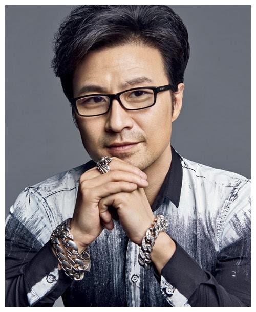 49岁歌手汪峰,三段婚姻四段情生有三女一子,与现任章子怡很幸福