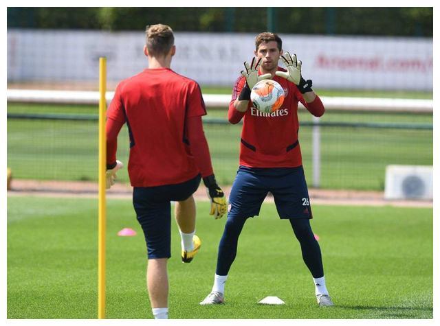 阿森纳足球俱乐部官方晒出了守门员们在一起训练的照片