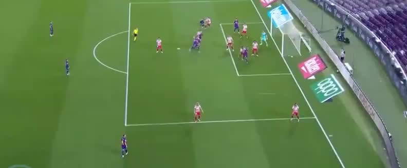 梅西角球开出造威胁,科斯塔门前不慎自摆乌龙球了