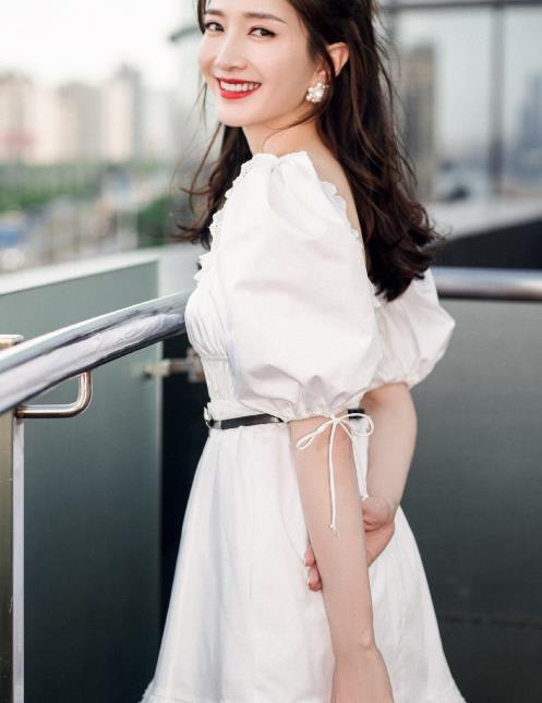 江疏影为证自己身材好,选择短裙装,看到腿就知道她可以