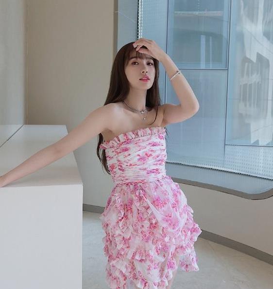 25岁虞书欣穿抹胸裙大秀身材!搭黑长直发型仙气又甜美