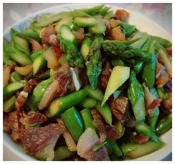 美食推荐:酸萝卜老鸭汤、凉拌苦菊、凉拌皮蛋豆腐、腊肉炒芦笋