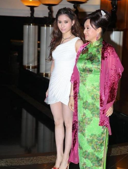 赌王三太陈婉珍携女儿现身,穿绿旗袍温婉大方,年过花甲风韵依旧