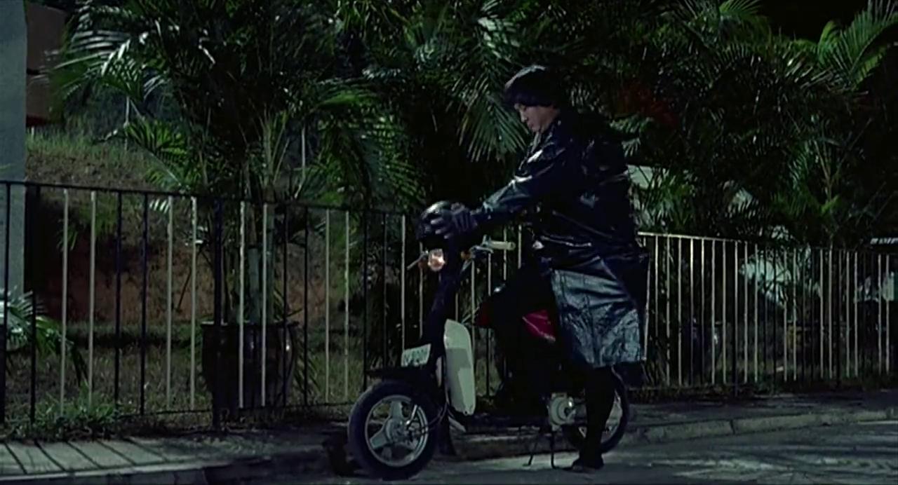 稳!男子半夜偷东西不成,最后一个索道把自己送入里警车