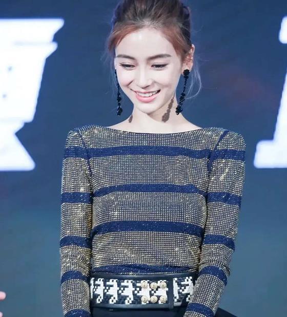 """""""新四小花旦""""之一的杨颖 搭配公主风短裙太美丽 腿也太直了"""