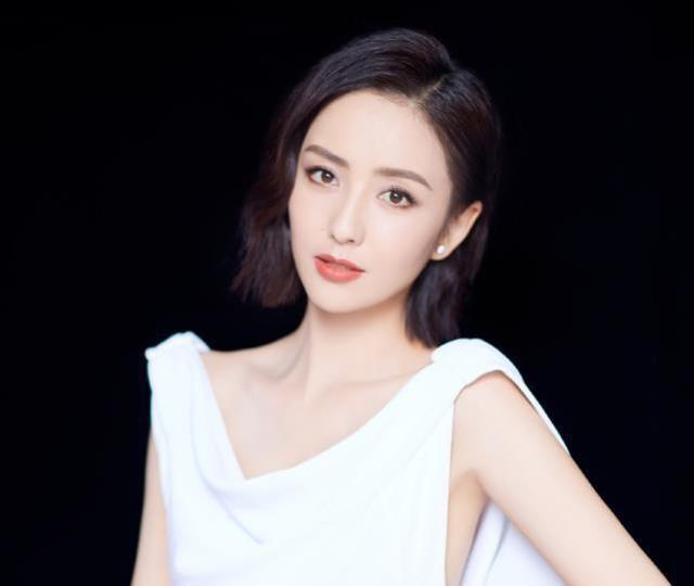 白裙都能穿出高贵优雅,不愧是佟丽娅,这颜值女的看了都喜欢