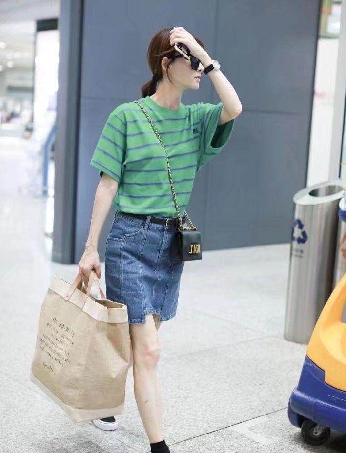 王丽坤绿色条纹衬衫,加牛仔裙,少女情怀!
