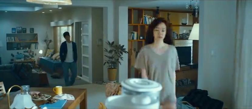 男子正上着厕所呢,妻子闯进来要他喝果汁,还连着喝了两杯
