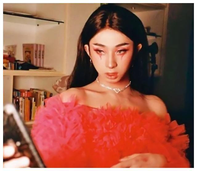 庾澄庆伊能静儿子穿女装,着粉裙化彩妆,网友:勇敢做自己很棒