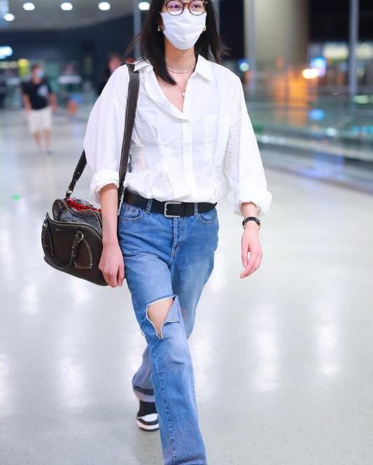 刘雯穿破洞裤太时尚,露出长腿更吸睛,身材比例太好了