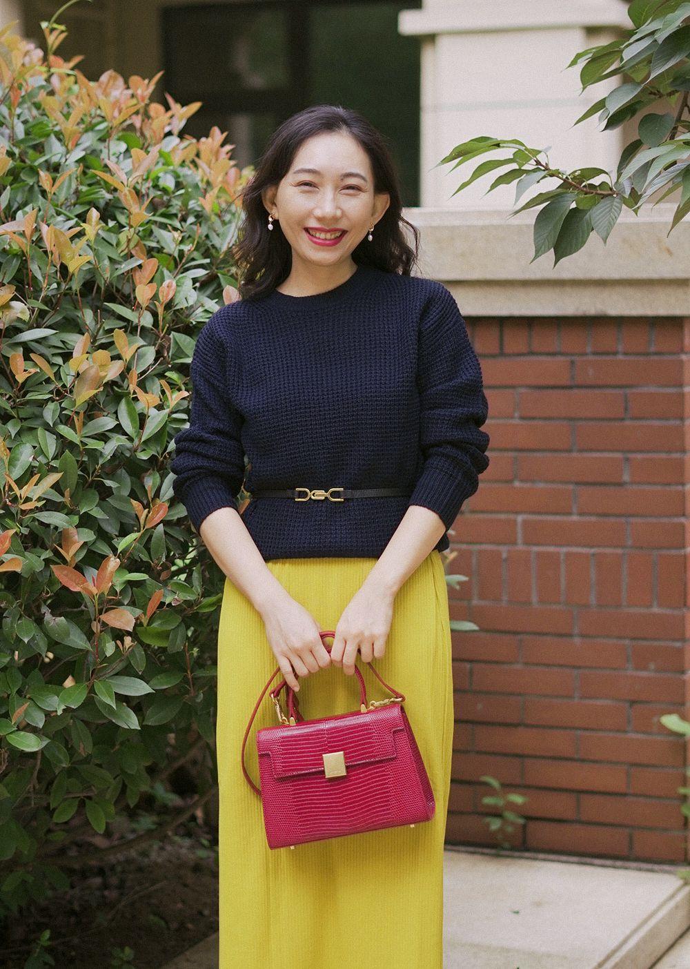 初秋气质穿搭灵感:基础款+亮色包包,吸睛又时髦