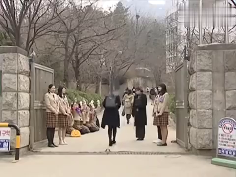 小媳妇没戴名牌被老师拦住,李东健暖心送去