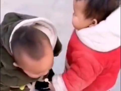 搞笑视频,一闪而过,宝宝:我就是想尝尝糖果啥味道的!