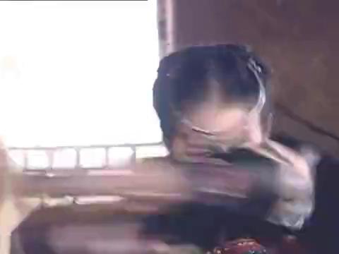阿奴被控制后,提刀冲众人乱砍一通,只能由唐钰来唤醒她