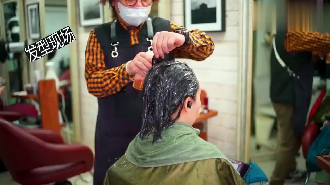 42岁女性中长发想烫怕变老,发型师烫完卷发又拉直,显小气质真好