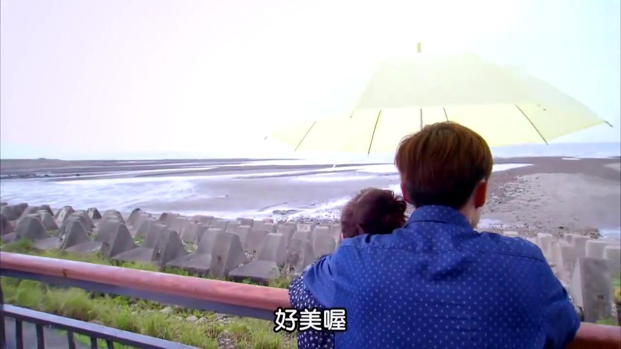 霸道总裁和灰姑娘伞下甜蜜拥吻,真是让人羡慕啊