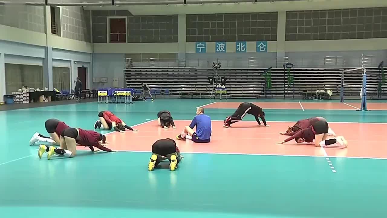 中国女排兵分两路:一部分参加瑞士女排精英赛,另一部分继续集训
