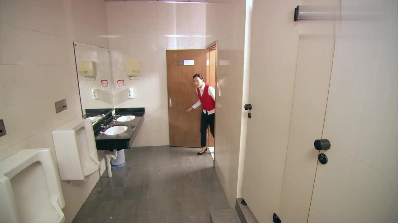 爱情公寓:曾老师扮女生借厕纸,不料借到的竟是这个,瞬间笑喷了