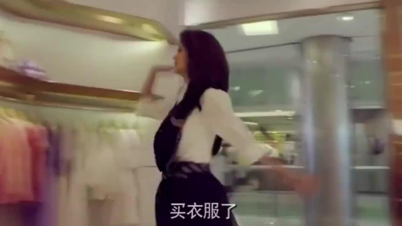 女孩买衣服被营业员看不起,女孩怒了:这张卡没有密码,给我刷!