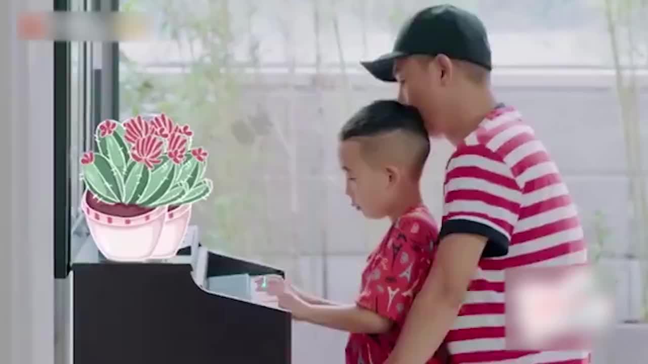 应采儿陈小春教儿子弹琴,Jasper一学就会,完美继承爸妈好基因