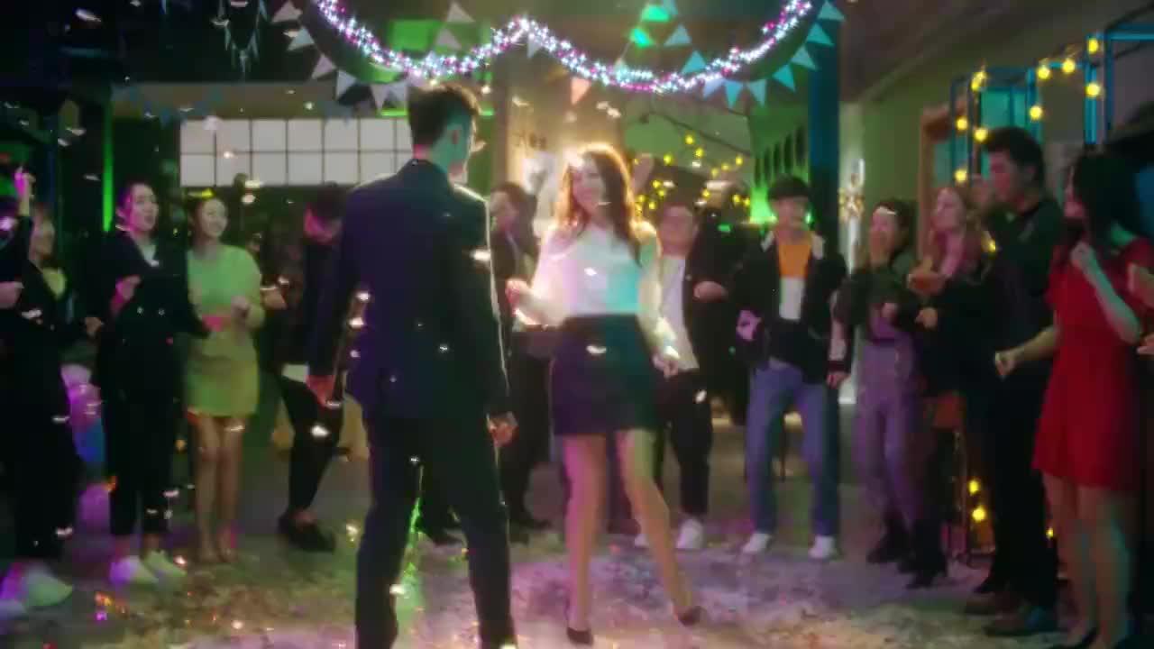 80年代迪斯科金曲《路灯下的小姑娘》,配上众女神的舞步,太撩了