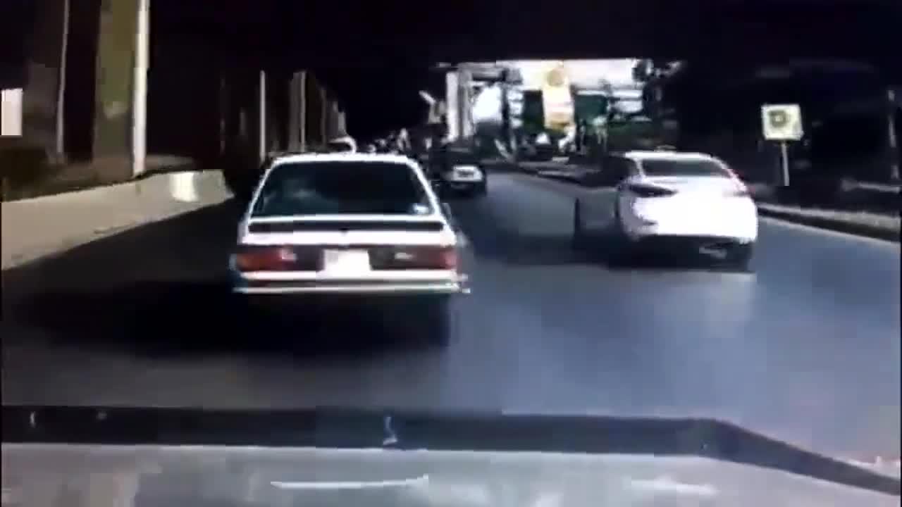 白色大众任性超车,随后监控就拍下这解气的一幕