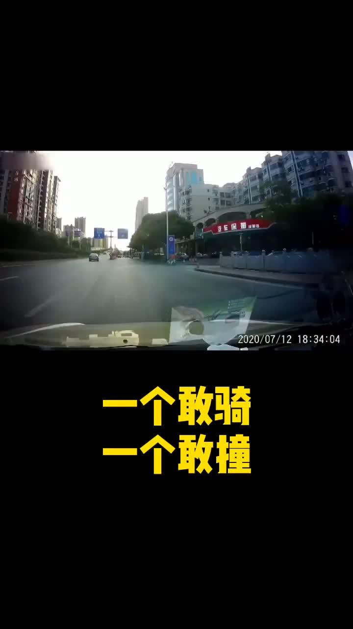 出行要遵守交通法规,要集中注意力!一盔一带快知道
