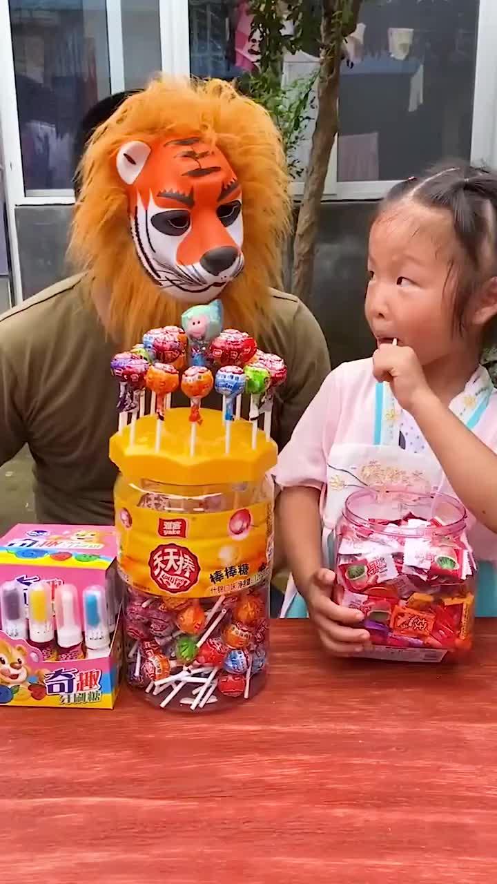 快乐的往事大老虎要跟萌娃抢糖吃