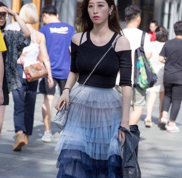 时髦的裙装穿着舒适又很减龄,显出简洁大气的气质名媛范