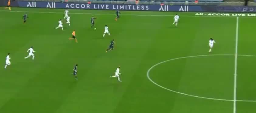 里昂连续两脚大力解围,马萨尔不慎自摆乌龙球