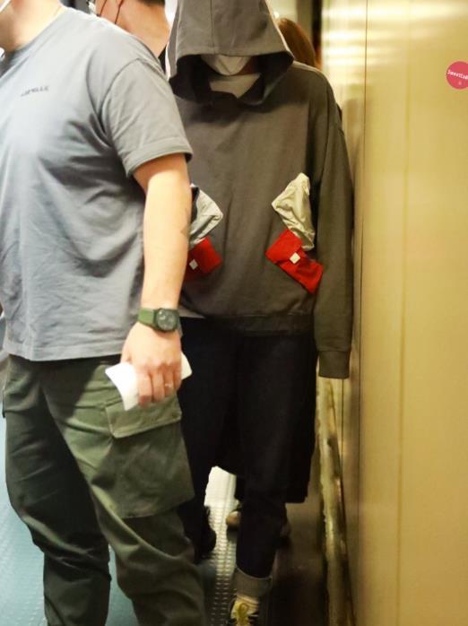 易烊千玺长胖后更帅了,私服拼接卫衣露脚踝,这细腿胜过很多人