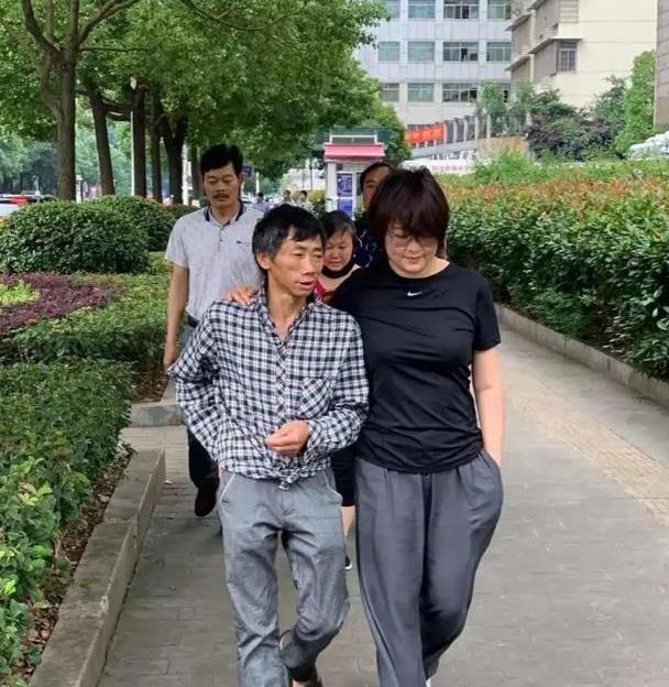 """演员袁立素颜现身,T恤配休闲裤脸变圆,看不到""""杜小月""""的影子"""