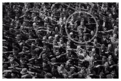 二战时期,那个拒绝向希特勒行纳粹礼的德国人,后来怎么样了?