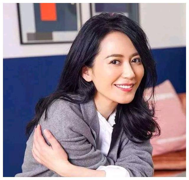 气质女神俞飞鸿,49岁至今不婚似少女,缘分未到?