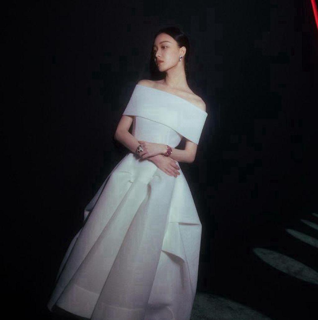 女神倪妮,一袭不对称裙亮相,皮肤白皙,气质优雅!
