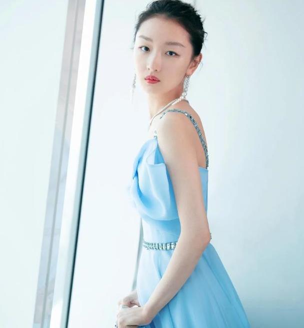 周冬雨美出新高度!穿蓝色抹胸裙戴高级珠宝亮相,优雅贵气十足
