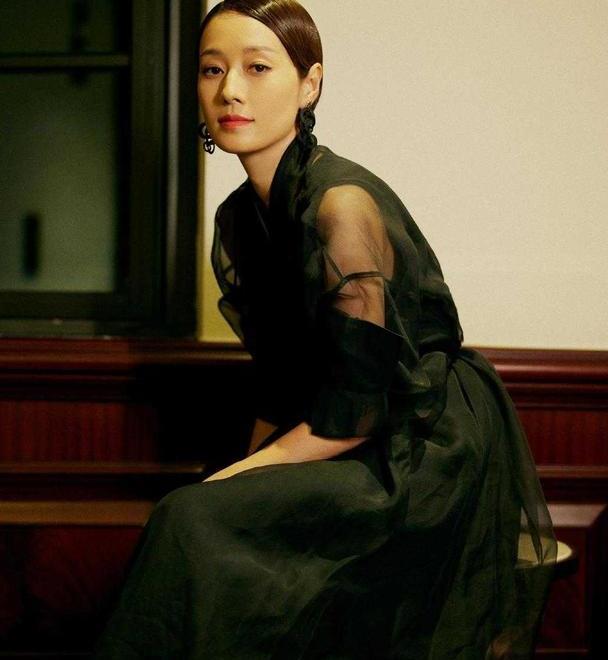 马伊琍真是骨子里的高级,穿黑色薄纱连衣裙配大油头,复古又高级