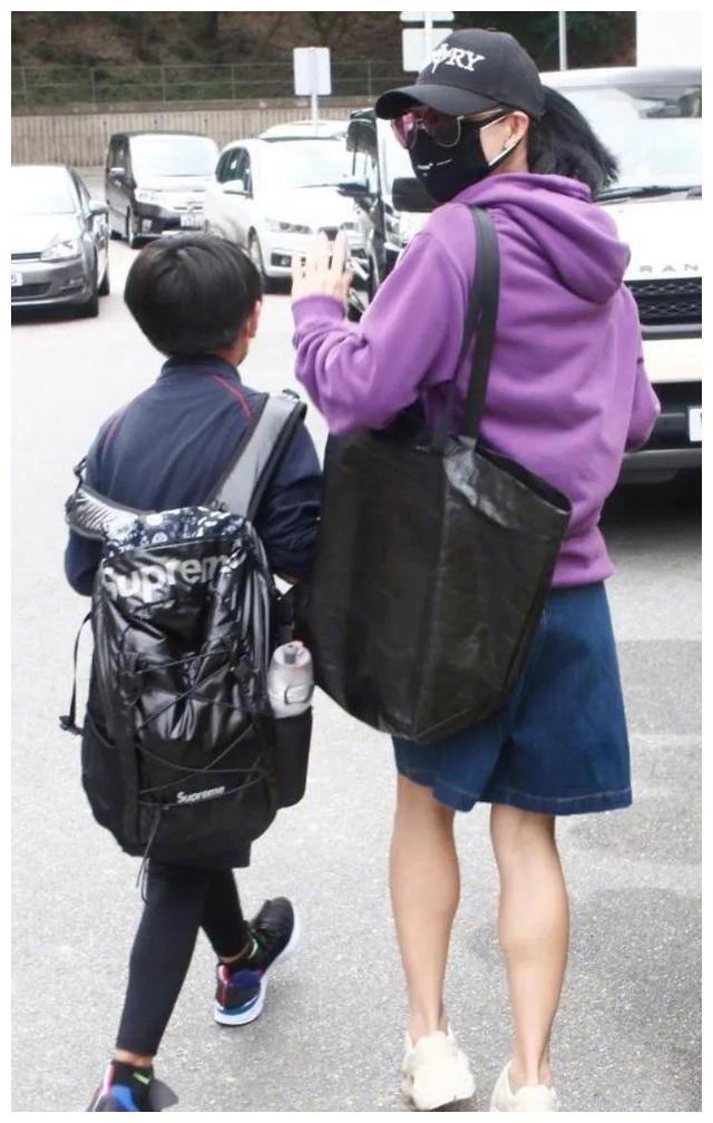 张柏芝接两子放学,穿休闲服包裹严实,12岁长子身高超母亲