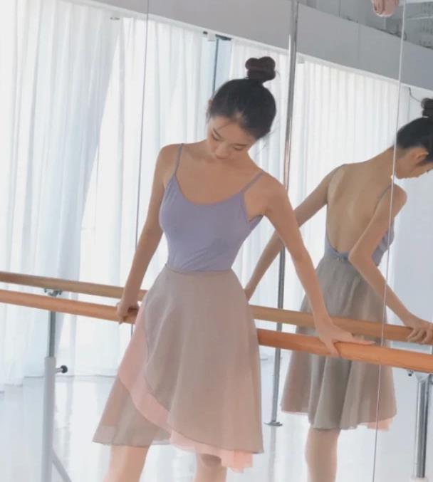 """张艺凡""""芭蕾腿""""有多好看?当踮起脚尖那刻,这腿哪个女生不羡慕"""