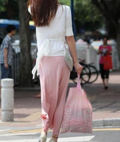 粉红色纱裙搭配冰丝质感外套,时尚又有气质,韵味十足