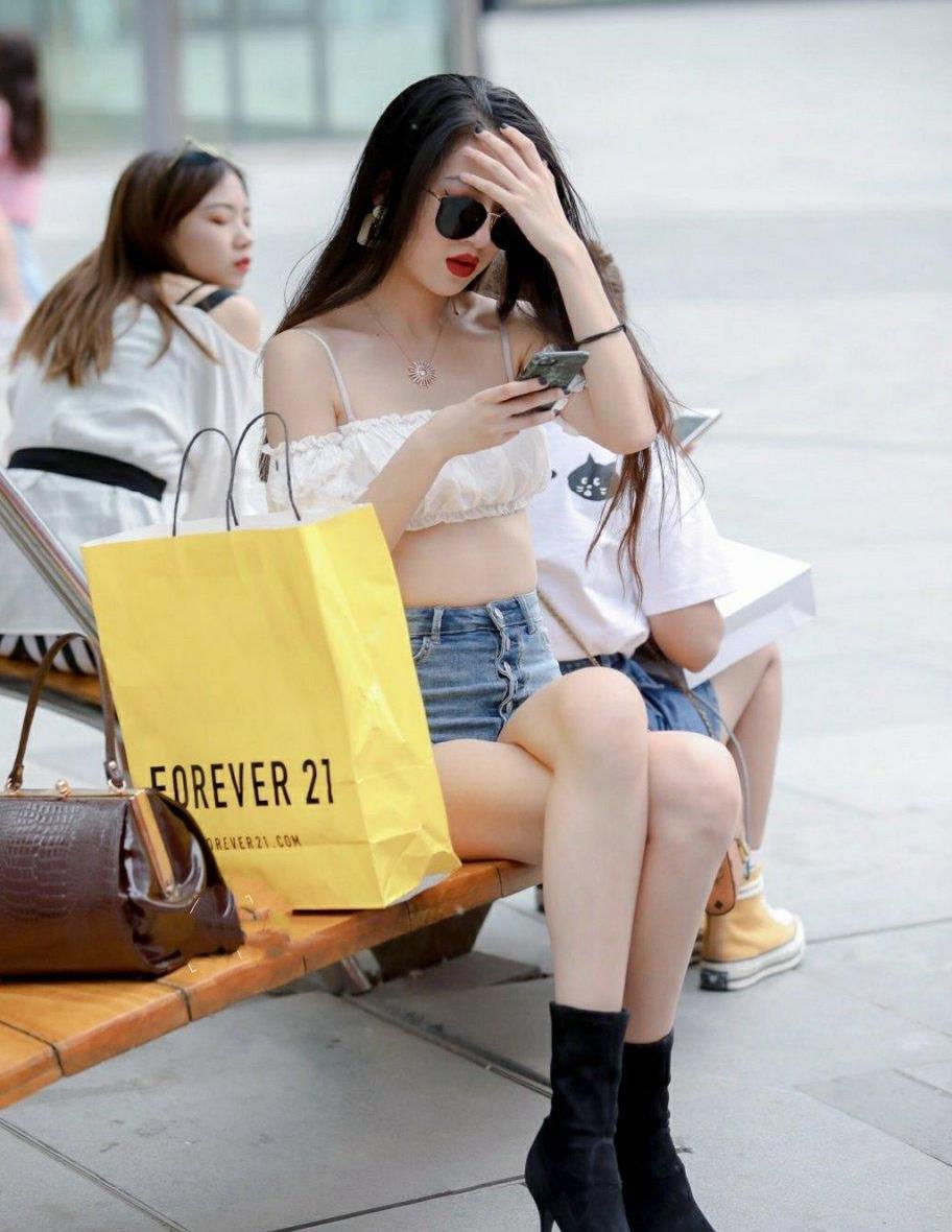 街拍长腿热裤美女,为了美也不嫌热,牛仔短裤搭配白色裹胸